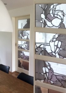hester Kornelis stoere deur in grijs tinten glas in lood met details_bewerkt-2