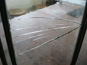 gebroken ruitje in een glas in lood raam vervangen
