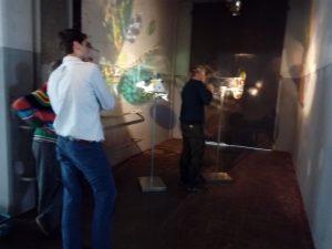 Piet Hein en Pim van het Hof bekijken de caleidoscoop-lampen